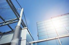 Sun s'est reflété dans un immeuble de bureaux moderne Photographie stock libre de droits