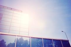 Sun s'est reflété dans un immeuble de bureaux moderne Images libres de droits