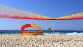 Sun, sable, ressac et un 'lever de soleil permanent - plage de Tamarama Photos stock