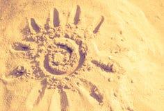 Sun, Sand, warmer, abstrakter Hintergrund Sommer, die Sonne gezeichnet in t Stockfotografie