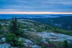 Sun-Satz auf blauem Berg übersehen Stockfotos