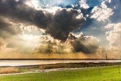 Sun scheint Abflussrinne die Wolken Lizenzfreie Stockfotos