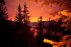 Sun scrutant par la vallée Photographie stock libre de droits