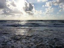 Sun se cachant au-dessus de la mer Photo libre de droits