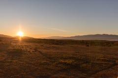 Sun se cachant entre les montagnes photo libre de droits