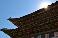 Sun se dorant au-dessus du temple asiatique Photographie stock