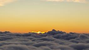 Sun se lève au-dessus des nuages banque de vidéos