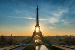 Sun se lève dans Tour Eiffel Photographie stock