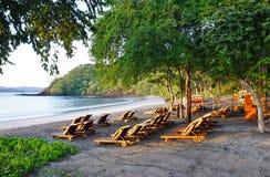 Sun se levant au-dessus de la plage de Blanca de Playa dans Papagayo, Costa Rica Photos stock