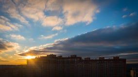 Sun se levant au-dessus de la ville photos stock