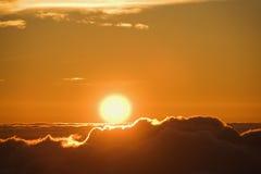 Sun se levant au-dessus des nuages. photos libres de droits