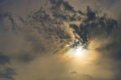 Sun se levant derrière les nuages foncés photos stock