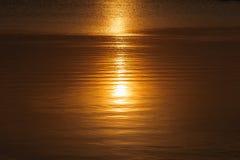 Sun se reflétant dans la surface de l'eau Photographie stock