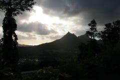 Sun se rompe a través de las nubes después de una lluvia de la madrugada en Hawaii fotos de archivo libres de regalías