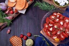 Sun secou tomates de cereja, brindes grelhados e outros ingredientes imagem de stock