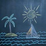 Sun-, See-, Segelboot- und Inselzeichnung auf schwarzer Tafel Stockbilder