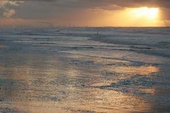Sun-Sets über Meer Lizenzfreies Stockbild