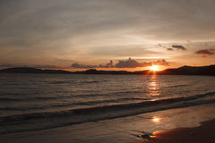 Sun sets over the mountain and sea Royalty Free Stock Photography