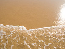 Sun si è rispecchiato nella spiaggia bagnata della sabbia Fotografia Stock