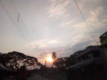The Sun ska säga farvälet för dagen Dakshin Barasat VÄSTRA BENGAL INDIEN fotografering för bildbyråer