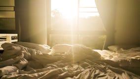 The Sun sken till och med fönster i morgonen Arkivfoton