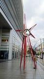 Sun-Skulptur vor ACROS Fukuoka Lizenzfreies Stockfoto