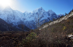 The sun in the snowy mountain peaks of Nepal Royalty Free Stock Photos