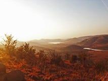 Sun sobre el dirt_South rojo África del ` s de África fotografía de archivo