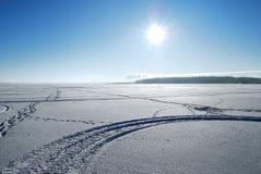 Sun sobre el lago congelado en invierno foto de archivo libre de regalías