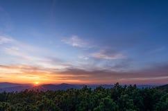Sun sobre las montañas Rango de montaña en montaje del smokey imagenes de archivo