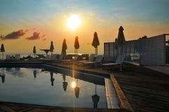 Sun sobre piscina del hotel Imagen de archivo