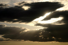 Sun som bryter till och med molnen royaltyfria foton