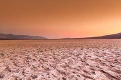 The Sun som går ner över ökengolvet Arkivbilder