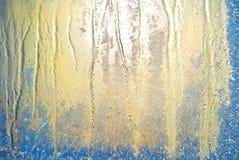 Sun som skiner till och med djupfryst fönster royaltyfri fotografi