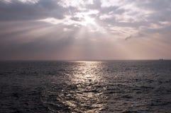 Sun som skiner till och med oklarheterna Arkivbild