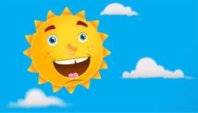 Sun sonriente en el cielo azul. Fotos de archivo