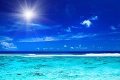Sun sopra l'oceano tropicale con i colori vibranti Immagini Stock Libere da Diritti