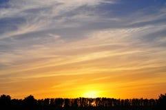 Sun sopra l'orizzonte, tramonto, fondo di alba Tramonto sopra il G scuro Immagine Stock
