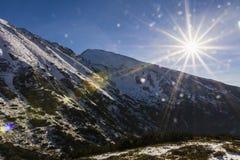 Sun sopra la cresta Fotografia Stock Libera da Diritti
