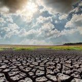 Sun sopra la terra di siccità Fotografia Stock Libera da Diritti