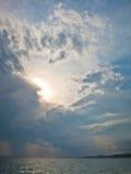 Sun sort en mer après la tempête dans Sithonia Image stock
