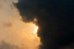 Sun sous le nuage noir Photos libres de droits