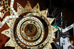 Sun - spegelmobil på julmarknad arkivfoto