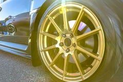 Sun sprengte das Kommen von der Spitze eines Fotos eines Autos mit goldenem ri Stockbild
