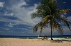 Sun-Stühle auf dem Strand Stockfotos