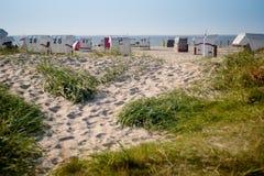 Sun-Stühle am deutschen Nordseestrand lizenzfreie stockfotografie