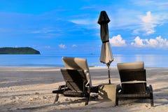Sun-Stühle und -regenschirm Stockbild