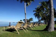 Sun-Stühle und Strand Stockbilder