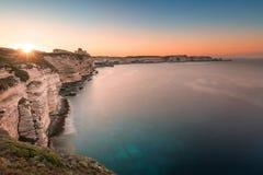Sun steigend über Klippen und Mittelmeer bei Bonifacio in Korsika Lizenzfreie Stockfotos