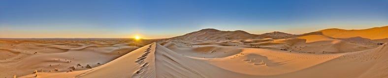 Sun steigt über Erg Chebbi bei Marokko lizenzfreie stockbilder